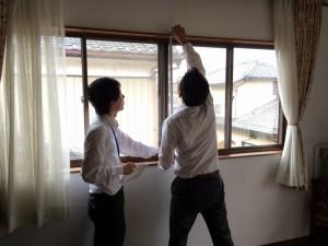 エコ内窓専門のスタッフが、寸法を測ります。細かな数値も正確に