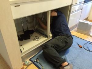 専門のスタッフが、心こめて設置工事を行います。身を丸めて、細かな作業中