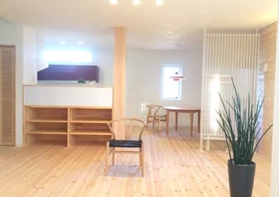カップボード上の窓からの光が漆喰の白い天井に反射し、室内をより一層明るくします