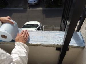 下塗りが乾く前に 不織布を貼り付けます