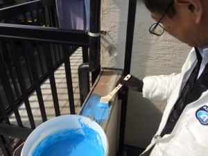 ホコリ汚れを落としてから 木部に直接塗ります