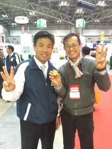 ジャパン建材 小川社長(左)と風のない冷暖房の家 石井社長