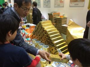 ゴールドの防水テープと透湿防水シート。粗品に金塊をいただきました