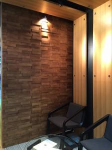 厚さの違う木材が凹凸感を演出しています。照明による陰影が立体感を深めます