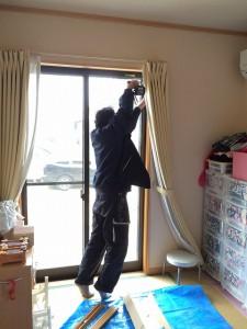 エコ内窓の取り付け専門スタッフが、まず、「枠」をとりつけます