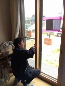 最後に、クレセントや戸車を調整し、エコ内窓全体を整えます
