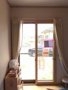 完成です!茶色の枠は、元々あったアルミサッシ。木の色をした枠が今回設置したエコ内窓です。