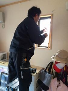 ①同様「枠」から取り付けます。ここは、内開き窓を設置します