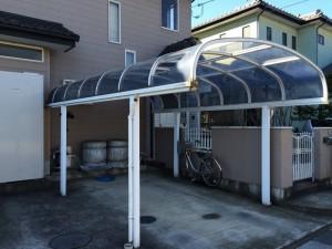 カーポートの屋根、先端部分に大きな穴が開いています