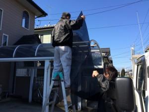新しい屋根材は「長い」ので、傷がつかないよう、慎重に手渡します