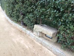 散歩道の途中 石で出来た照明器具