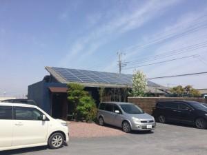 ここにもたくさんの太陽光パネル!太陽ある限り稼ぎますよ! 風のない冷暖房の家でも太陽光発電設置工事おこなっておりますよ!