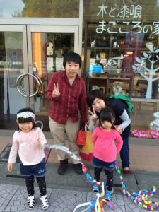 熊谷の「風のない冷暖房の家事務所前」で記念撮影