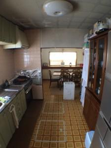 柄がついたオレンジ色系の床の上に、そのまま「無垢床」を貼ります