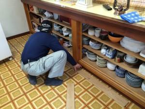 床材の貼り方をチェックし、寸法をカットします