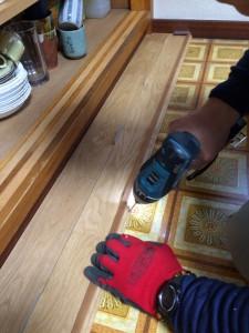 無垢材の側面から、釘を斜めに打ち込み、しっかり留めます
