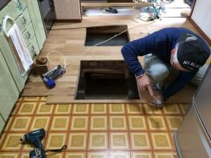 床下収納部分は、開口をつくり、貼っていきます