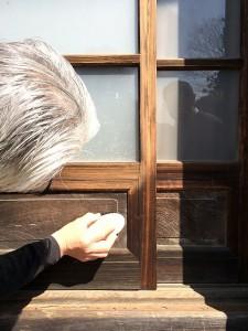 木製のガラス戸を磨くと、汚れが落ち、このように色が変わります