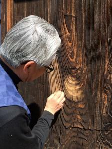 木製の戸袋も、磨くと、こんなに色が変わります。木目が浮き出て、経年美を感じることができます