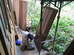 雨戸も自然塗料を塗り、丁寧に仕上げました