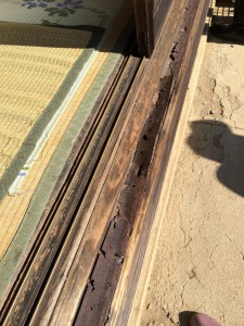 before 敷居部分。雨戸の滑る溝に鉄の板がありますが、劣化して雨戸の開閉がとても困難な状態に・・・