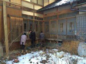 before 北面 湿気も溜まりやすい場所なので、ガラス戸・戸袋・雨戸・敷居などが、かなり傷んでいました