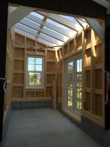 建物の中の壁は、棚板や釘などが自由に取り付けられるよう、木材をそのままに仕上げています