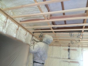 現場で100倍に膨らむ断熱材 今回は天井200㎜ 壁100㎜ 床200㎜
