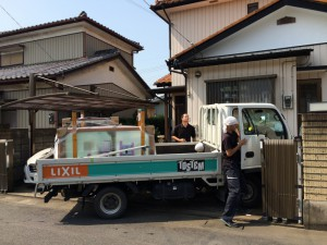 エコ内窓を積んだトラック。専門のスタッフが約束時間の5分前に到着