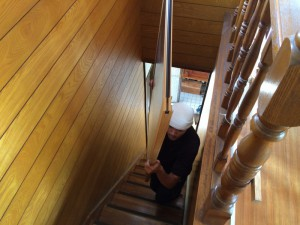 力自慢の専門スタッフが、らくらくと障子を、2階に運んでいます