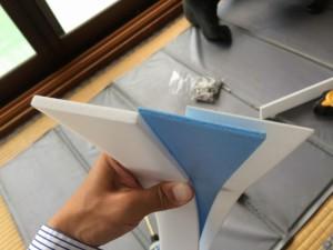 この、3種類(5㎜、3㎜、1㎜)のパッキンを上手く使い、枠を真っ直ぐに取り付けます。