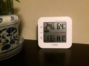 上段が 室内 温度℃ 湿度% 下段が 屋外 温度℃ 湿度% (HI 表示は湿度90%超)