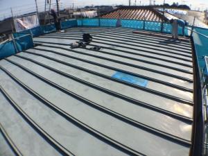 既存の金属屋根には、雨漏りの応急処置(水色部分)が施してあります