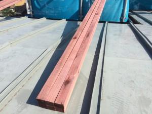 防腐処理された木材を使い、屋根材を取付けるための下地をつくっていきます