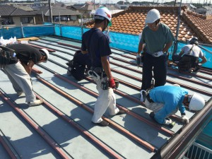 既存の屋根の上に、木材を取付けていきます