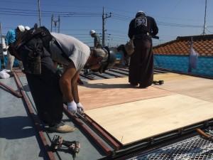 続いて、屋根材がしっかり取付けられるよう、合板を設置します
