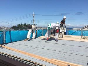 合板の上に、雨漏り対策「防水シート」を敷いていきます