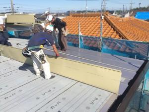 防水シートの上に、新しい屋根材「ガルバニウム鋼板」を設置していきます