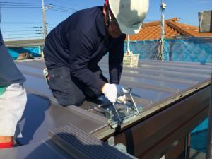 屋根材の端部を、特殊な工具を使い、丁寧に仕上げていきます