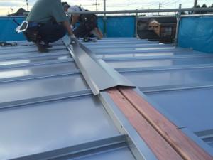 最後に、屋根の「棟」部分(頂部)の施工を行い完了となります