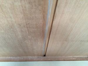 墨だしを行います。水色の線が墨だしした部分。この線に合わせて天井材を取り付けていきます