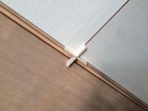 天井材と天井材の間の隙間を一定に保つ定規です。これで、きれいな目地ができます