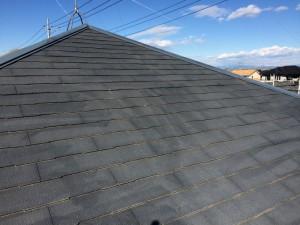 まず、高圧洗浄にて屋根の汚れを落としました