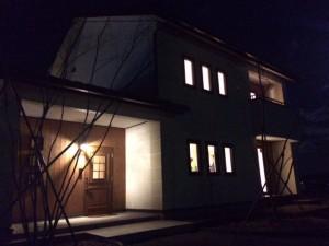 夜の雰囲気 はこんな感じ!室内の灯りが窓をてらしています