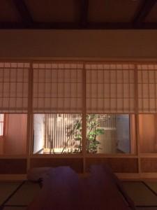 窓から見える庭園が和室の趣を彩ってます