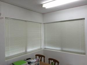 ブラインドが壁からとび出さず、内側でキレイに取付られています