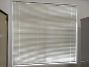 大きな窓も、こんなにスッキリ!漆喰の白い壁にもマッチしています