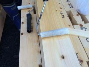 ローラーを使い、効率よく塗っていきます。エコボロンPROを塗ると、木材の色が濃くなります