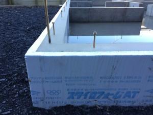 基礎の外側に設置された断熱材「スタイロフォームAT」