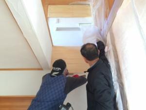 「補強材」を壁に設置します。これで階段材がしっかりと取り付きます